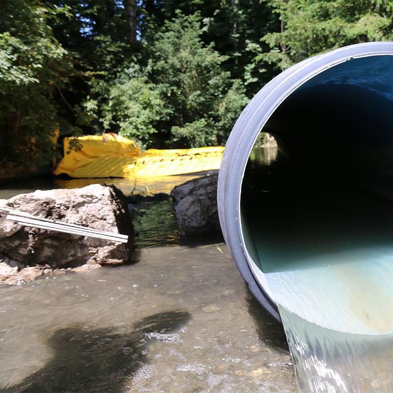Отвод реки Сеймаз в Женеве с гибкой перемычкой Water-Gate © и гофрированной трубой с двойными стенками.