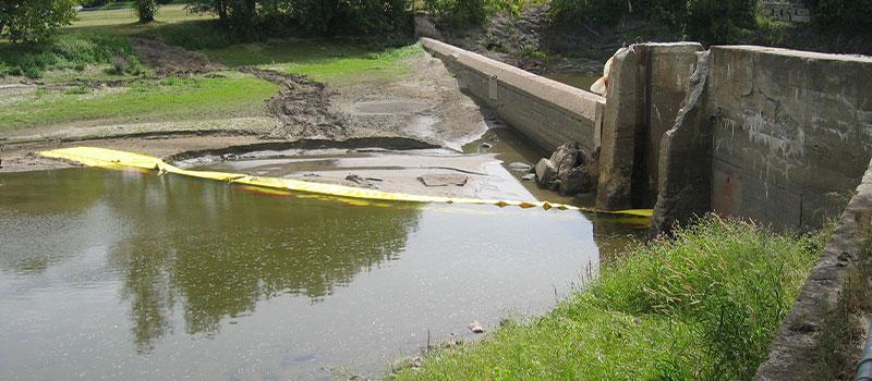 Оседание дамбы. Установка Water-Gate © в L от берега. Канада, август 2005 г.