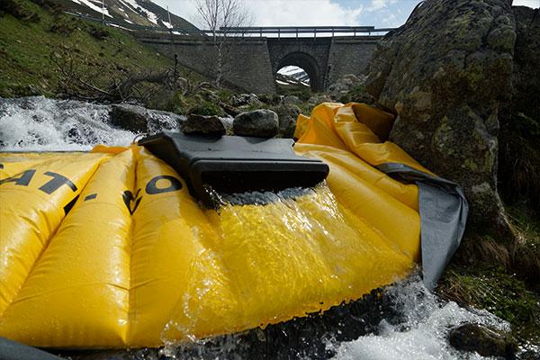 Гибкая перемычка Water-Gate ©, установленная на рукаве горной реки с водосливом DS-1200 без гибкой трубы.