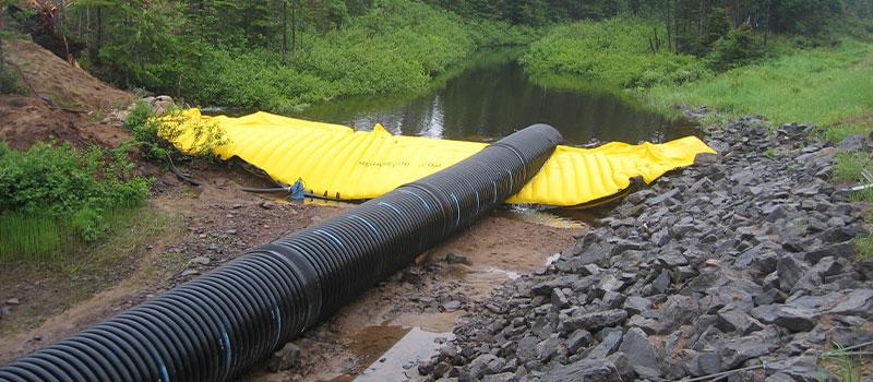 Гибкие коффердамы Water-Gate © для работы в реках. Съемная плотина с байпасом по трубопроводу.
