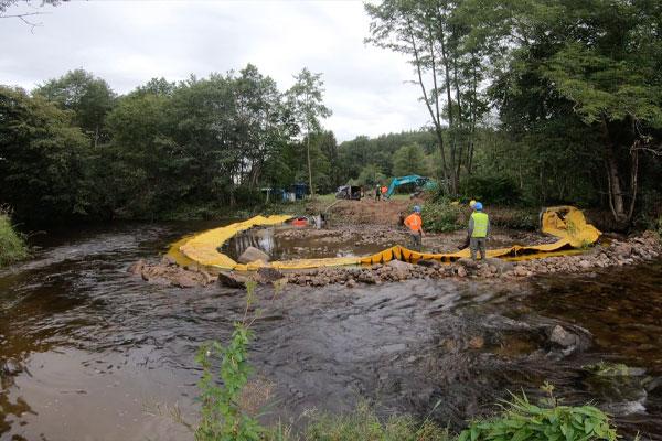 Просмотр восходящего потока. Инсталляция Water-Gate© в U | Установка в реке параллельно течению.