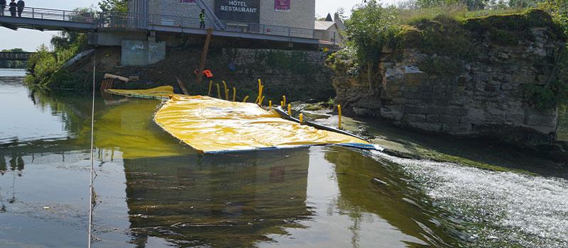 Гибкие коффердамы Water-Gate © установлены как продолжение порога Dole на Doubs. Вид с порога.