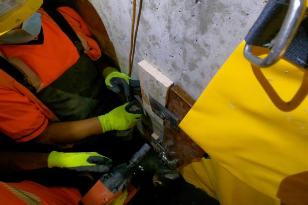Крепление передней кромки с помощью планки, прижатой к вертикальной стене.