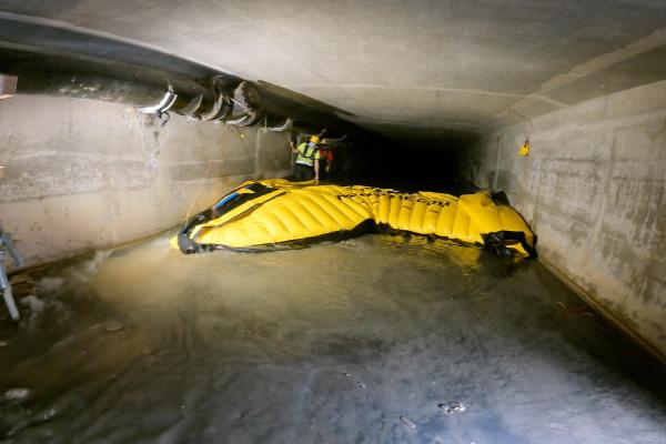 Удаление гибкой перемычки Water-Gate©. Передняя кромка приподнята, чтобы пропускать воду под перемычку и уменьшать силы трения.