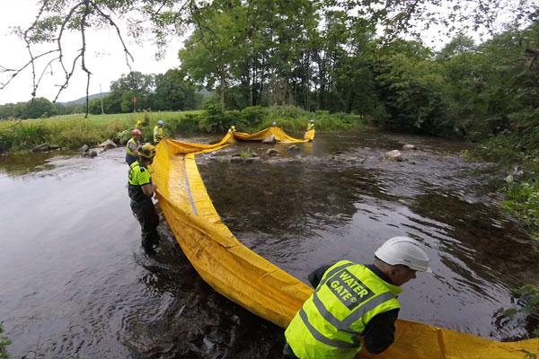 Передний край не должен находиться в воде, чтобы предотвратить заполнение дамбы до завершения укладки.